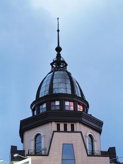 푸른 하늘을 배경으로 한 건물의 돔