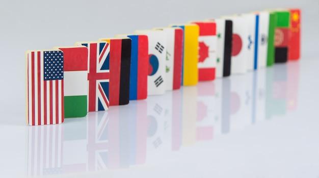 세계 여러 나라의 국기 타일이 있는 도미노 효과 정치 게임