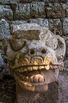 コパンルイナスの寺院の天文ピラミッドのドラゴン。ホンジュラス