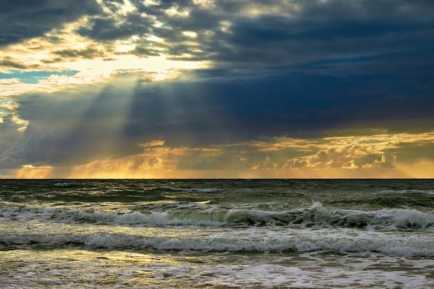 Драматическое море и солнечные лучи пробиваются сквозь облака. закат на балтийском море