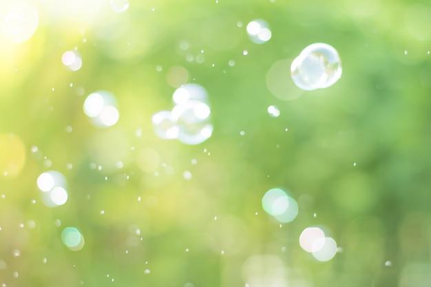 デフォーカス自然と空気中のシャボン玉から夢のような抽象的な背景