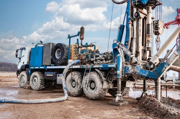 시추 장비 클로즈업은 흐린 하늘을 배경으로 우물을 시추하고 있습니다. 깊은 구멍 드릴링. 지질 탐사 작업. 광물 탐사. 강력한 드릴 드릴.