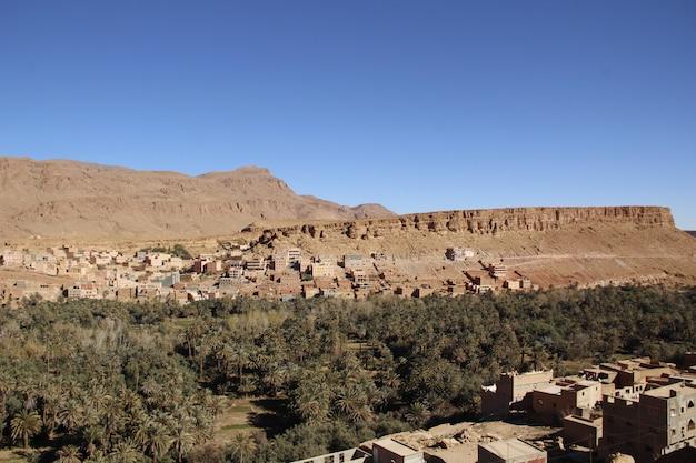 メルズーガ砂漠の床で休んでいるヒトコブラクダ。モロッコ