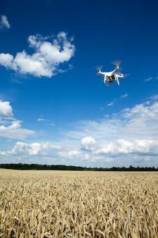 Дрон-вертолет, летящий с цифровой камерой.