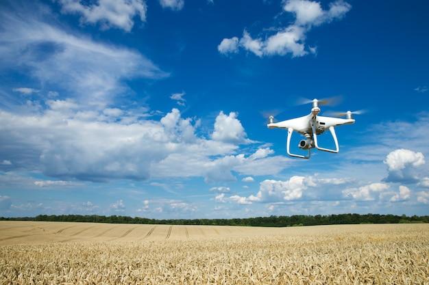 デジタルカメラで飛行するドローンヘリコプター。