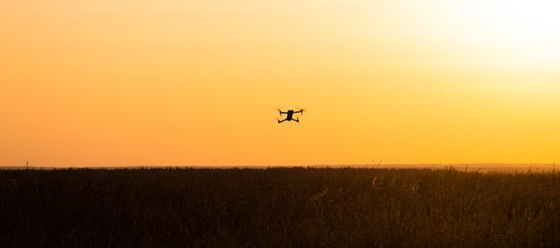 무인 항공기는 일몰에 비행 중입니다. 위에서 촬영한 동영상입니다. 쿼드로콥터 선택에 관한 기사. 드론의 장점과 단점.