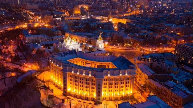 Дрон обозревает зимний пейзаж ночного города и министерство иностранных дел украины.