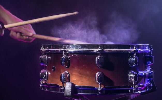 드러머가 드럼을 연주합니다.