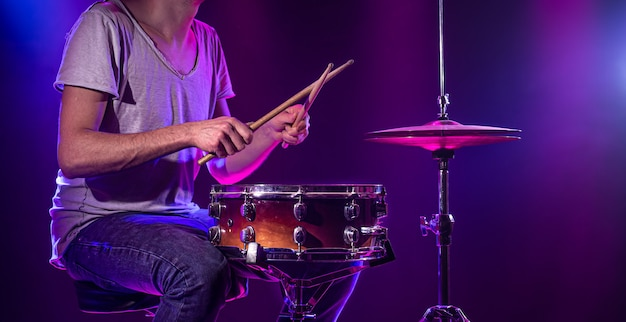 Барабанщик играет на барабанах