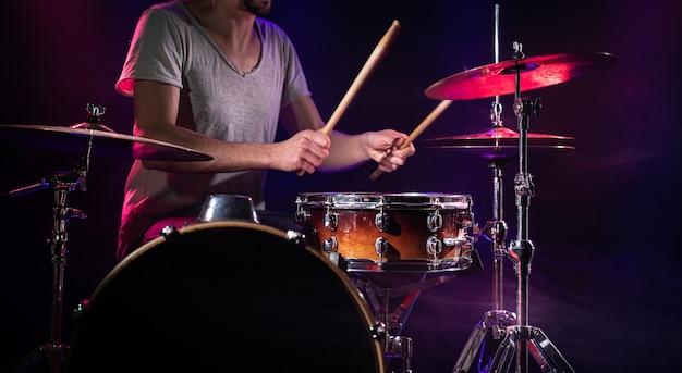 ドラマーはドラムを演奏します