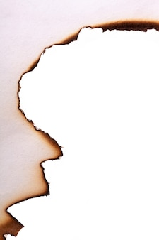 탄 종이의 가장자리는 흰색 배경에 절연되어 있습니다. 고품질 사진