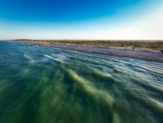 저녁 태양에 바다의 가장자리입니다. 캠핑 해변. 드론 촬영 4k.