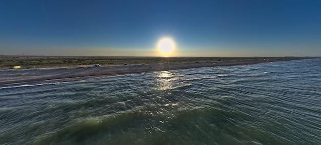 저녁 태양의 바다 가장자리