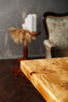 세련된 인테리어에 에폭시 수지와 단단한 월넛으로 만든 나무로 된 세련된 테이블의 가장자리