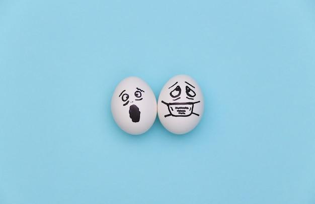 의료 마스크에 달걀 얼굴과 파란색 배경에 무서워. 코로나 19 감염병 세계적 유행. 평면도