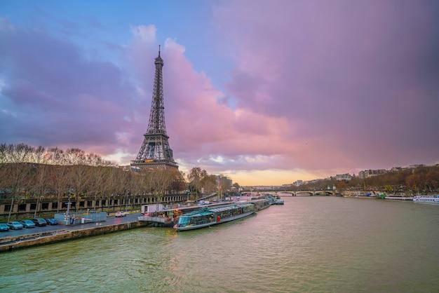 フランス、パリの夕暮れのエッフェル塔とセーヌ川。