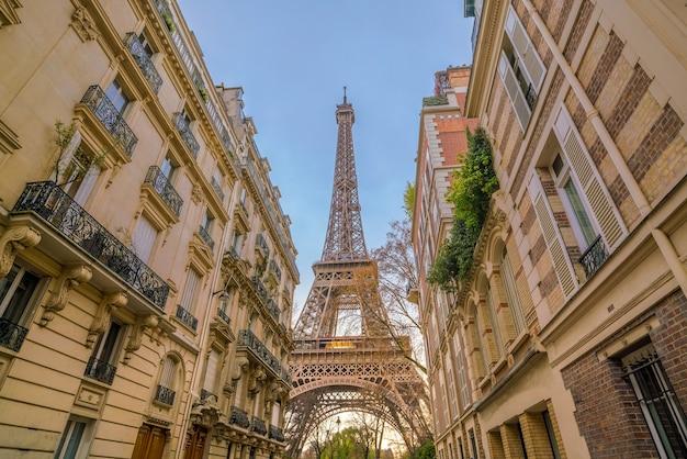 フランス、パリのエッフェル塔とヴィンテージの建物。