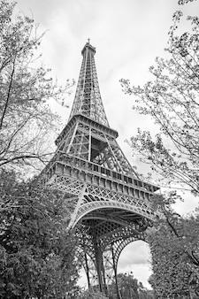 フランス、パリのエッフェル塔。黒と白の画像