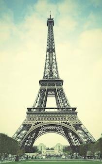 パリのエッフェル塔。レトロなスタイルのフィルター画像