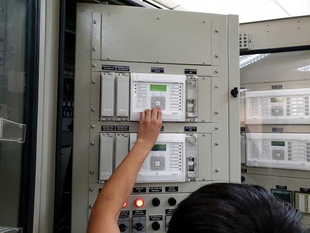 リレー保護の電流測定をチェックする電気技師