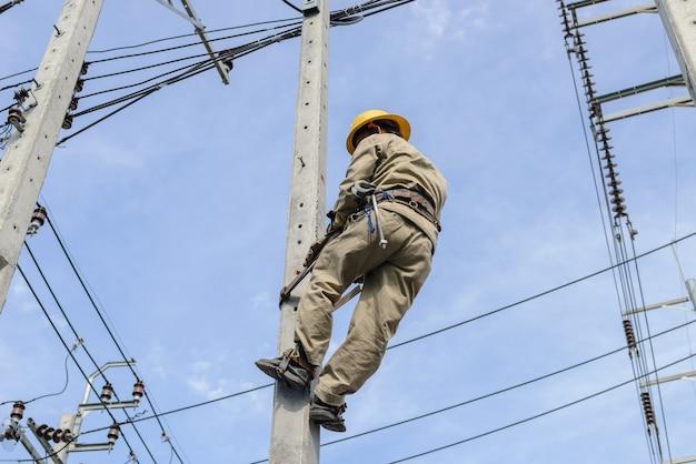 高電圧の電気。彼は高電圧電力システムで働いています。
