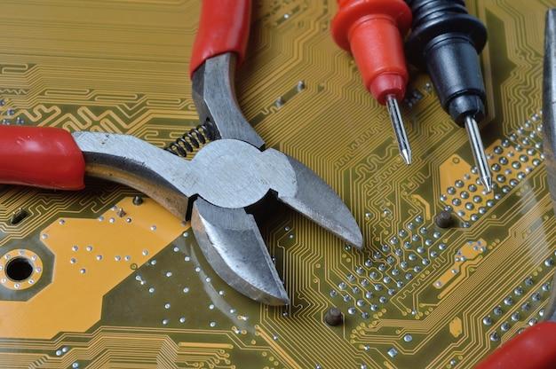 전자 수리 도구는 컴퓨터의 마더 보드에 있습니다. 확대.