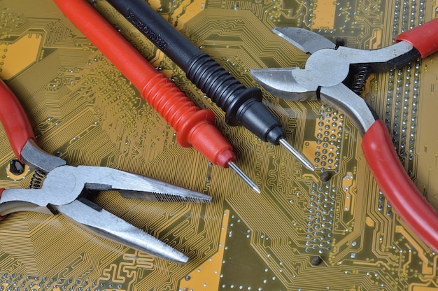 전자 장치 수리 도구는 컴퓨터의 마더 보드에 있습니다. 확대.