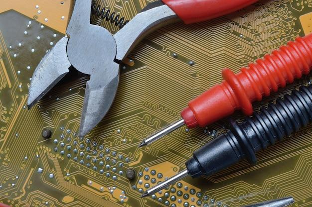 전자 수리 도구는 컴퓨터의 마더 보드에 있습니다.