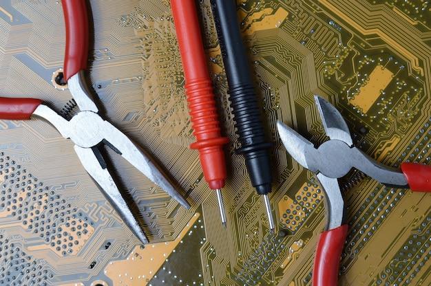 電子機器の修理ツールは、コンピューターからマザーボード上にあります