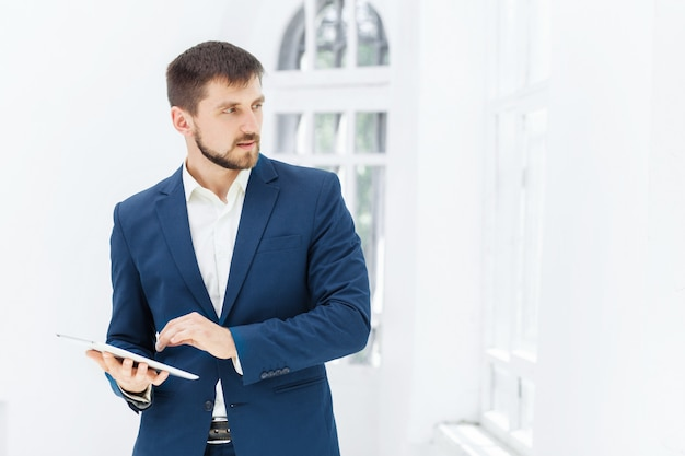 オフィスでエレガントなビジネスマン
