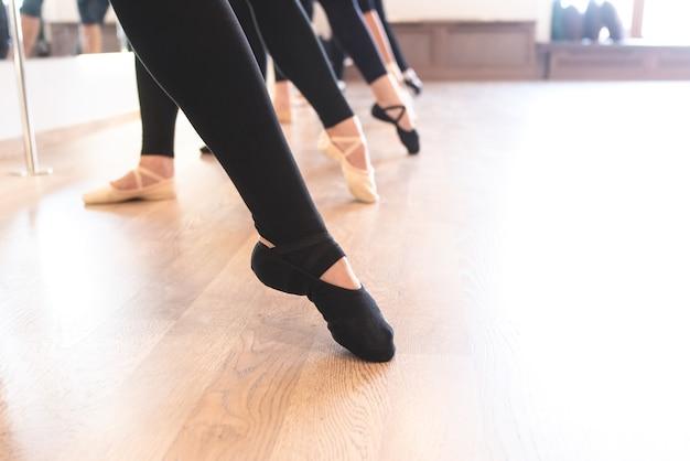 발끝으로 일렬로 서 있는 발레 댄서들의 우아한 다리