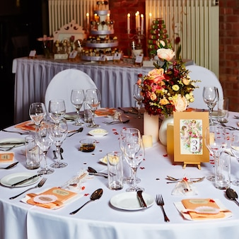 Элегантная сервировка свадебного стола, готовая к мероприятию