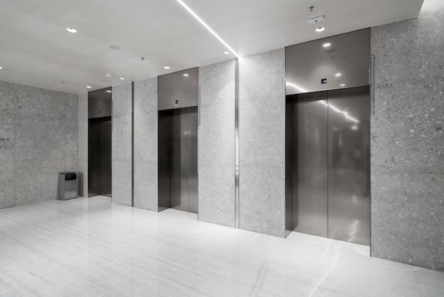 엘리베이터 입구는 쇼핑몰에 있습니다