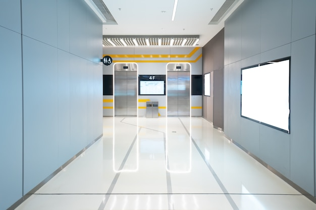 엘리베이터 입구는 쇼핑몰에 있습니다.