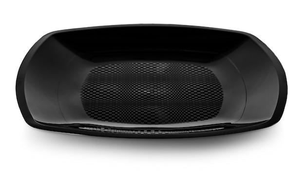 Пустая керамическая круглая черная тарелка, изолированная на белом с обтравочным контуром и тенью