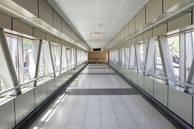Пустой коридор прихожей к вокзалу