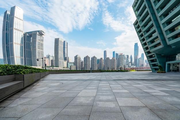 広場の空の床と近代的な建物の外壁