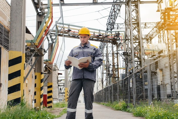 エネルギー技術者は変電所の設備を検査します。パワー工学。業界。