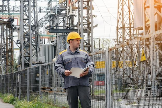 エネルギーエンジニアは、変電所の機器を検査します。パワー工学。業界。
