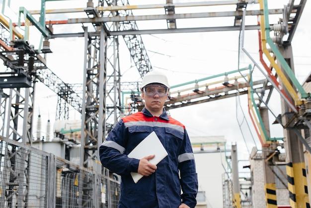 エネルギーエンジニアは、変電所の設備を検査します。パワー工学。業界。
