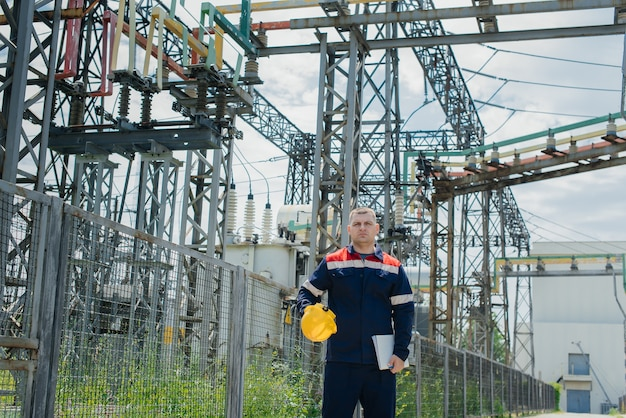 エネルギーエンジニアは変電所の設備を検査します。パワー工学。業界。