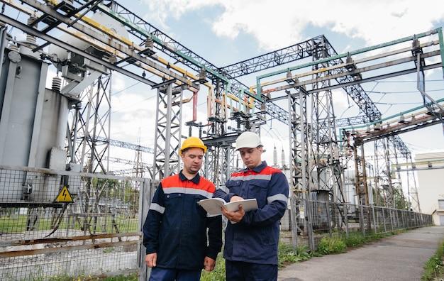 Энергетики осматривают оборудование подстанции.