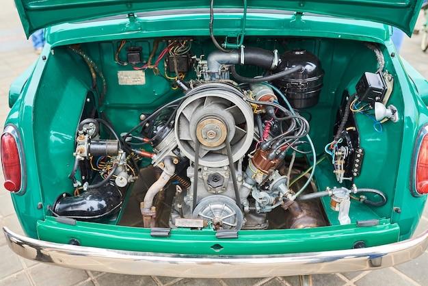 뒤에 있는 오래된 소형차의 엔진