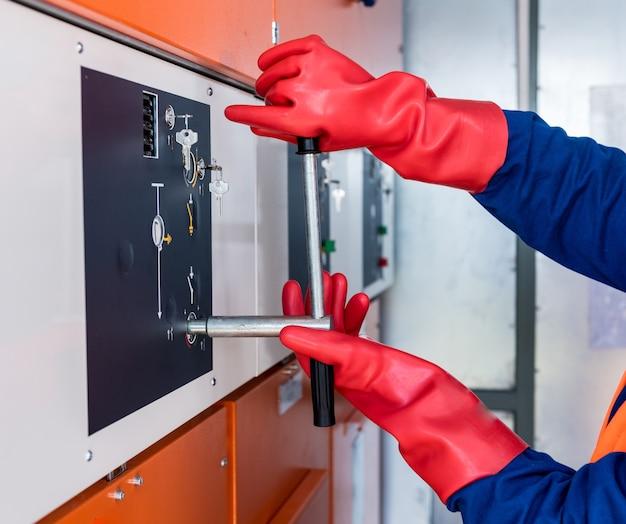 Инженер проверяет отсутствие наведенного напряжения на высоковольтных элементах.