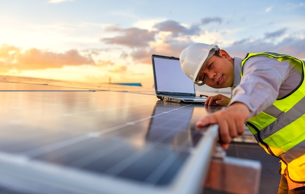 エンジニアは屋上にある太陽電池太陽光発電所システムをチェックしています。