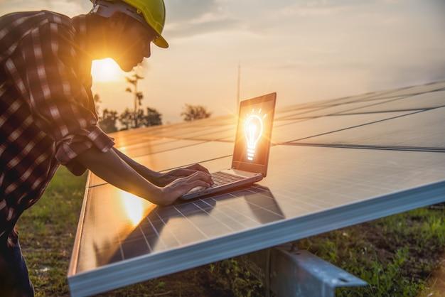 엔지니어가 태양 전지 전력 시스템을 확인하고 있습니다. -이미지
