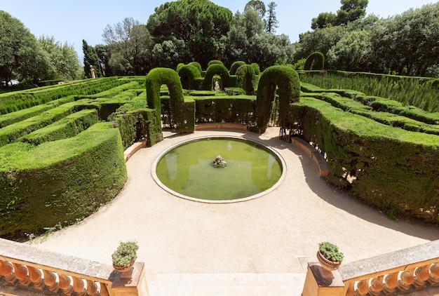 Вход в знаменитый лабиринт в парке лабиринт орта (parc del laberint d'horta) в барселоне, испания