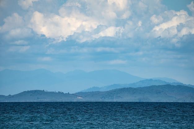 Окружающая среда острова муннок, остров к востоку от таиланда, очень красивое открытое небо, облака, море и пляж.