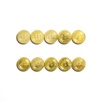 Символ равенства выложен из биткойн-монет и изолирован на белом фоне
