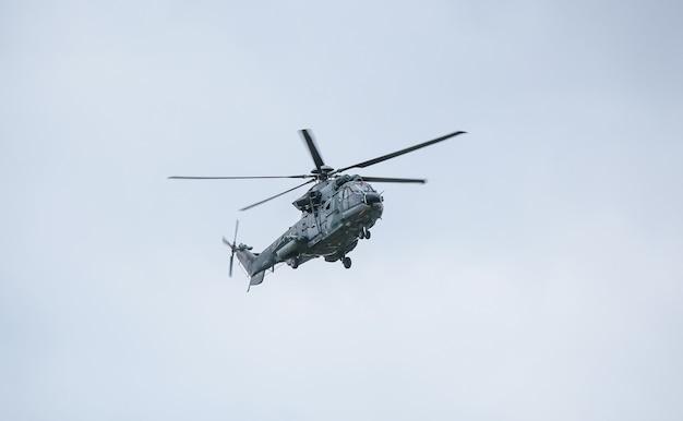 ユーロコプターカラカルは長距離戦術輸送ヘリコプターです